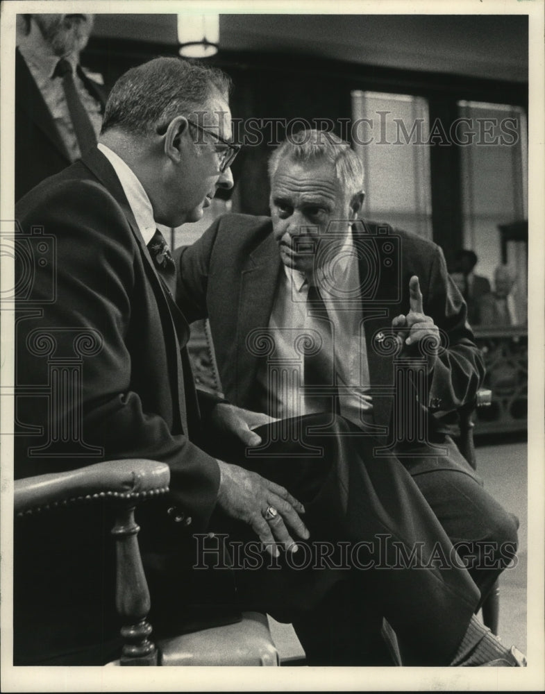 1984 Press Photo Police Chief Robert Ziarnik talking to Richard Spaulding - Historic Images