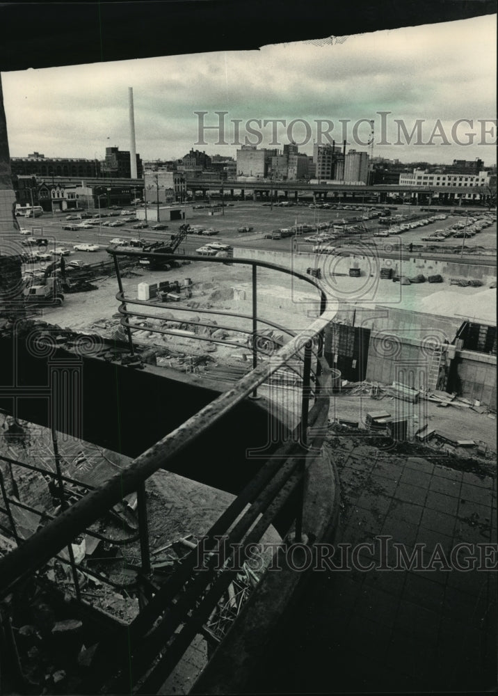 1987 Press Photo Parking structure at Blatz Brewery seen from another building - Historic Images