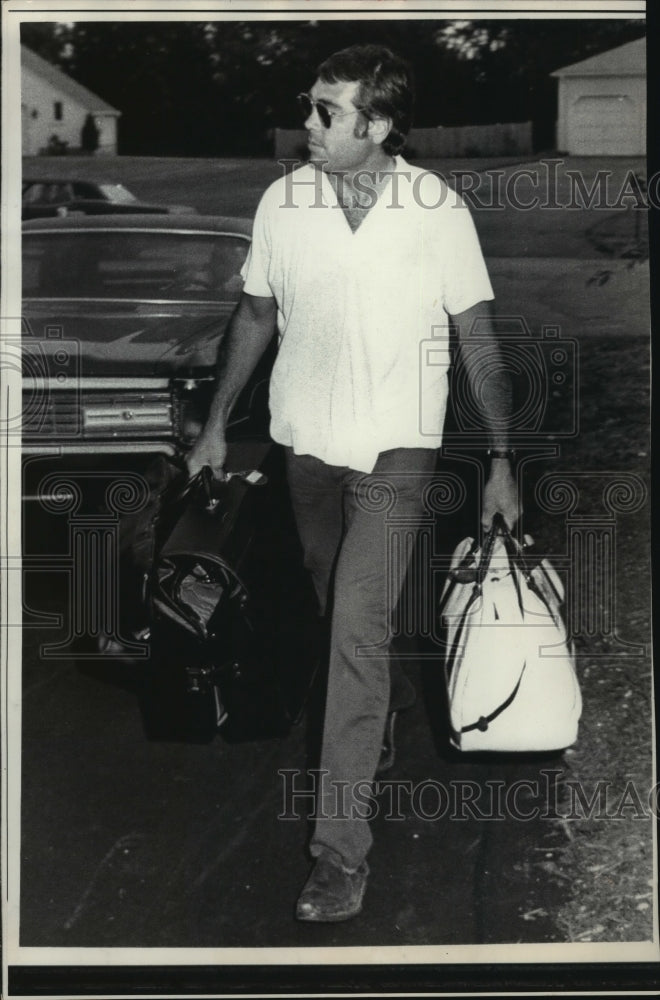 1971 Press Photo Joe Kapp of the Patriots Coming Home to Massachusetts, Football - Historic Images