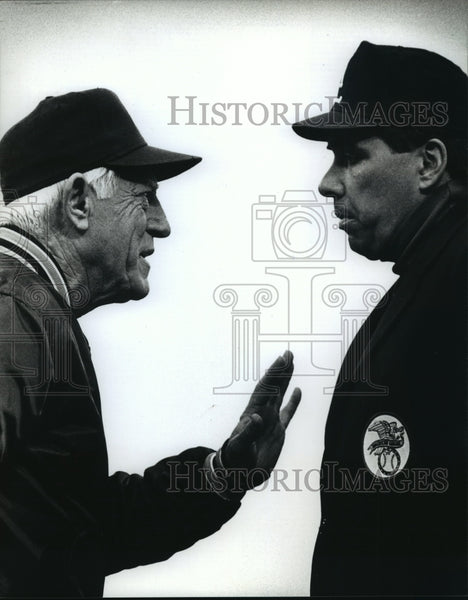 1990 Press Photo Detroit Tigers Manager Spark Anderson Talks to Umpire Greg Kosc - Historic Images