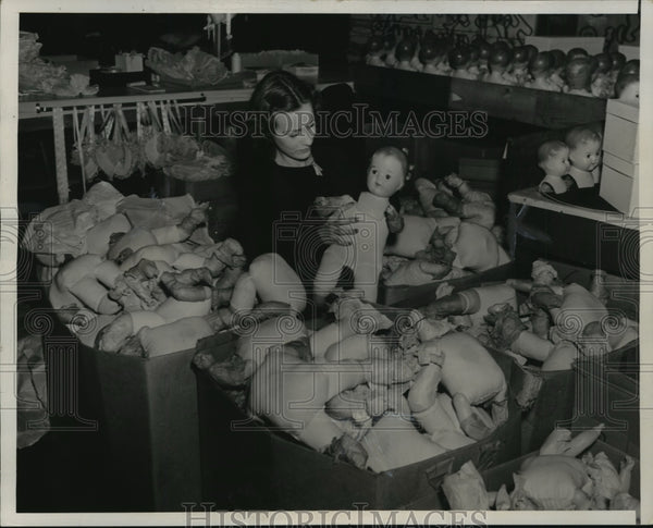 1937 Press Photo Eileen Kelly attaching heads to dolls on assembly line - Historic Images
