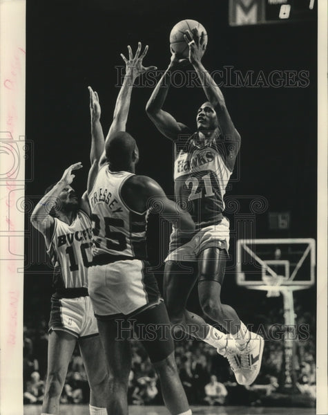 1987 Press Photo John Lucas and Paul Pressey Defend Against Dominique Wilkins - Historic Images