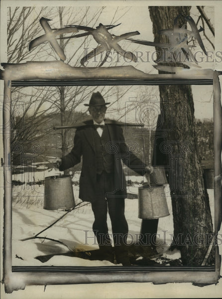 1924 Press Photo Colonel John C. Coolidge at a Plymouth farm collecting sap - Historic Images