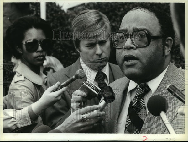 1978 Press Photo Charles Diggs, talks to reporters after pleading not guilty - Historic Images