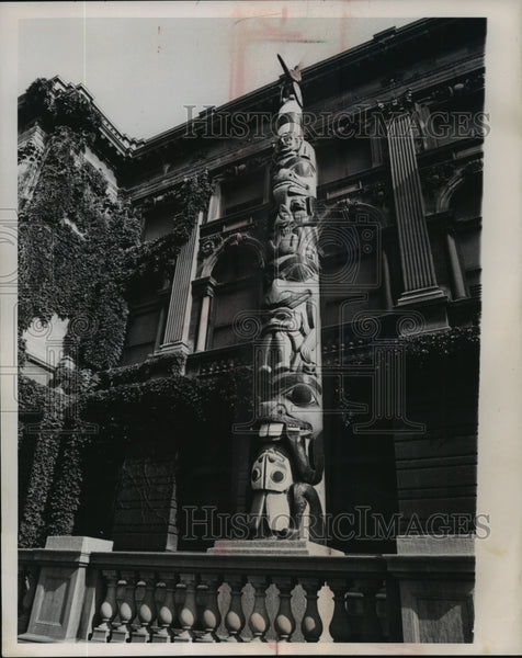 1962 Press Photo The Milwaukee Museum Haida totem pole - mja94529 - Historic Images