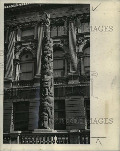 1937 Press Photo The unpainted totem pole at the Milwaukee Museum - mja98060 - Historic Images