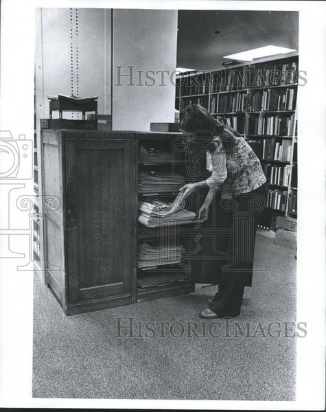 1977 Press Photo Oak filing cabinet at the Milwaukee Journal, Milwaukee. - Historic Images