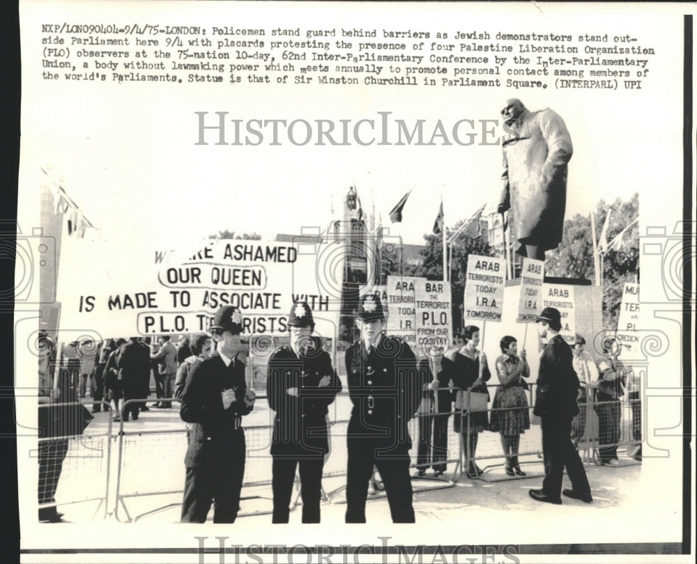 1975 Press Photo London Police in front of Parliament with Jewish protesters - Historic Images