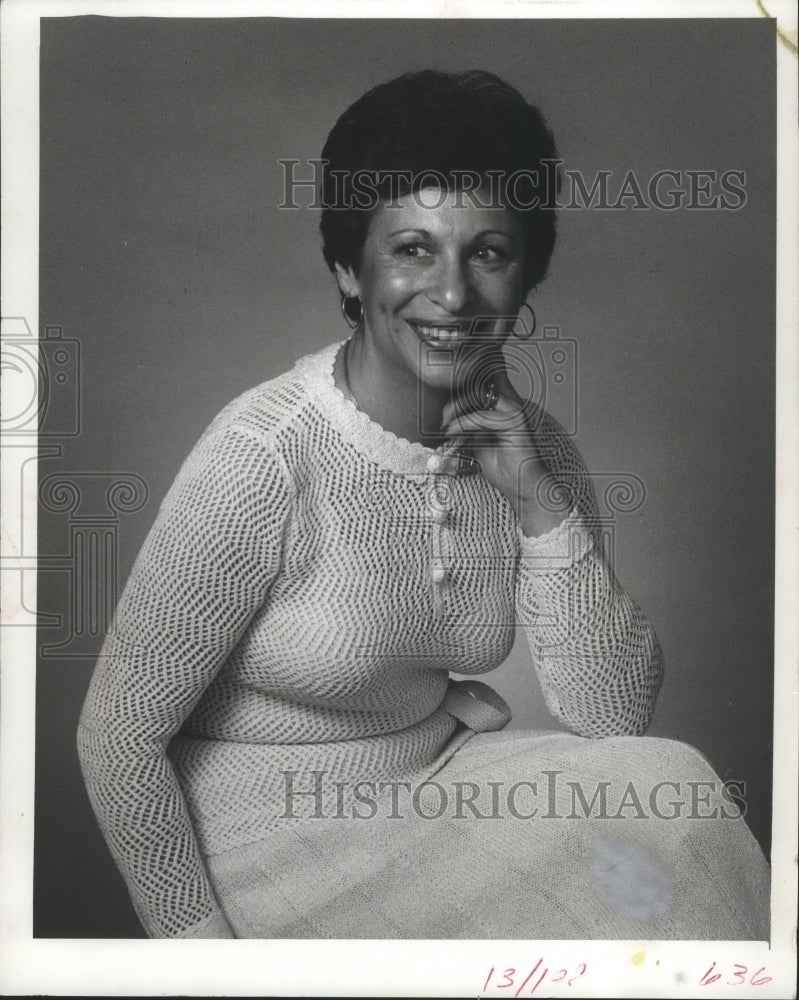 1977 Press Photo Lois Lindauer Founder of Diet Workshop Smiles and Poses - Historic Images