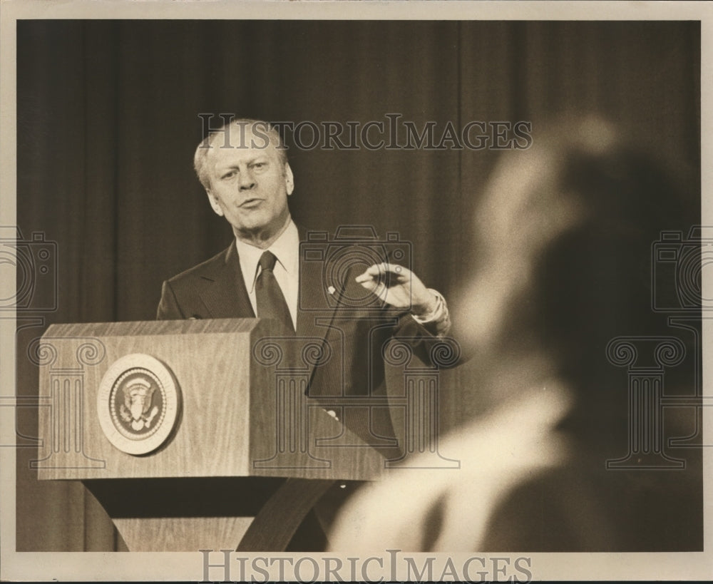 1976 Press Photo President Gerald Ford speaking from podium, Milwaukee - Historic Images