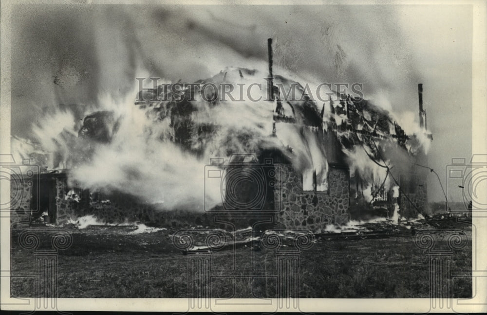 1939 Press Photo Ben Gridley's Barn in Oconomowoc Caught Fire In Electric Storm - Historic Images