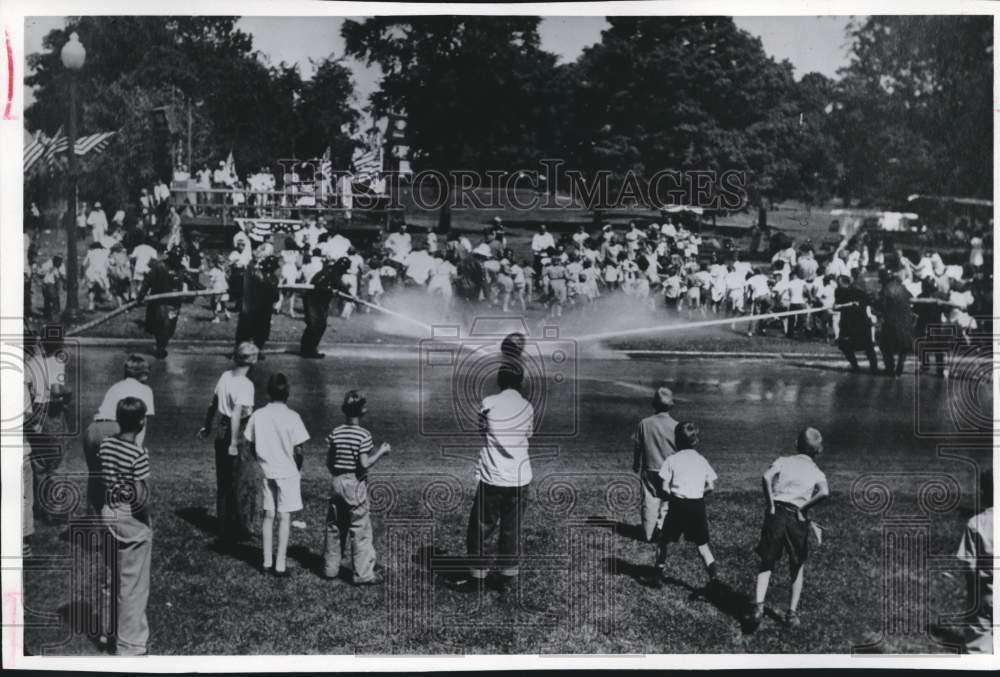 1976 Press Photo Independence Day Water Fight in Greendale, Wisconsin - Historic Images