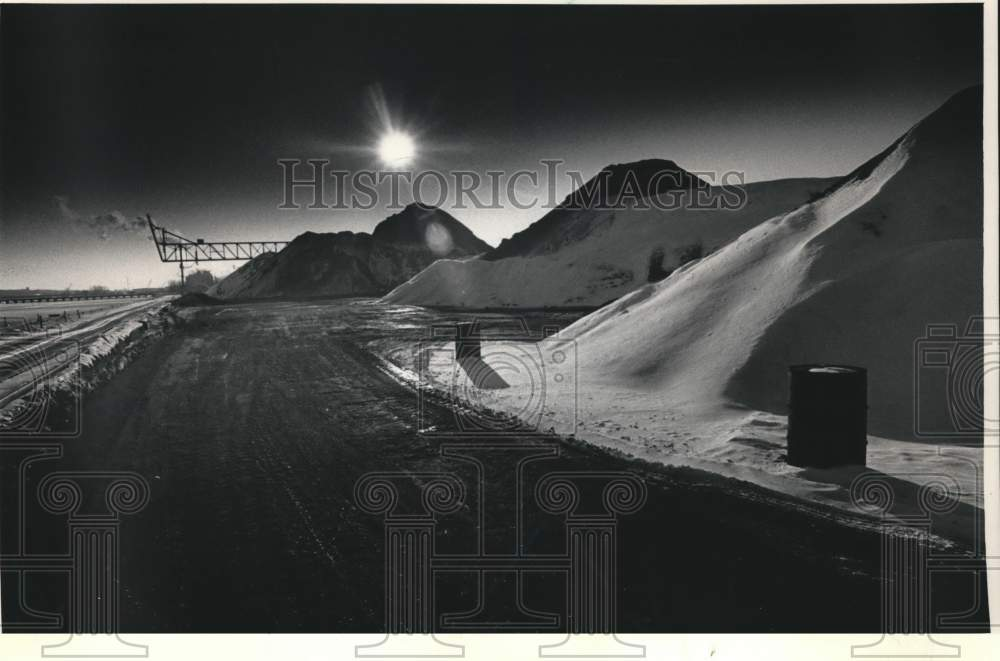 1986 Press Photo Snow-capped coal piles near Fox River, Green Bay, Wisconsin - Historic Images