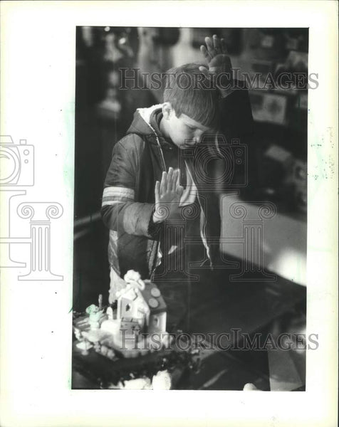 1983 Press Photo Mark Zuchowski at Grand Avenue Mall, Milwaukee, Wisconsin - Historic Images