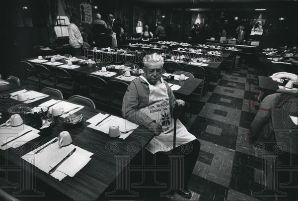 1989 Press Photo Tom McNulty sits amid tables at the Legion hall - mjb25948 - Historic Images
