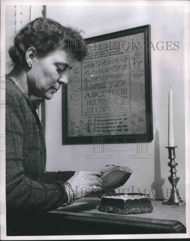 1952 Press Photo A sewing box owned by Betsy Ross, handled by Louise Stewart - Historic Images
