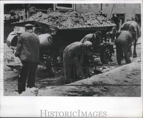 1931 Press Photo Milwaukee's Department of Public Works clearing snowy streets - Historic Images