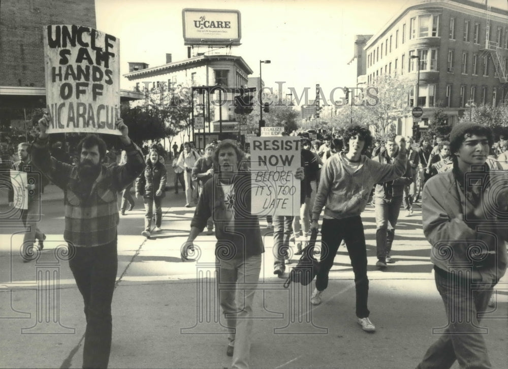 1983 Press Photo Protestors march in Madison against the US invasion of Grenada - Historic Images