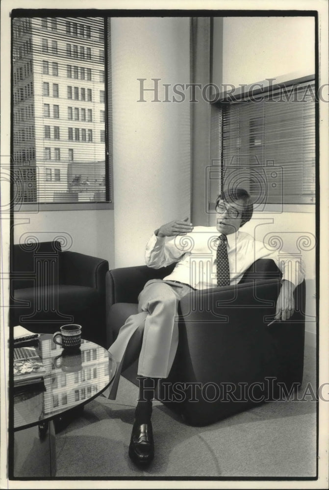 1984 Press Photo George Mitchell, commission chairman, quality Milwaukee schools - Historic Images