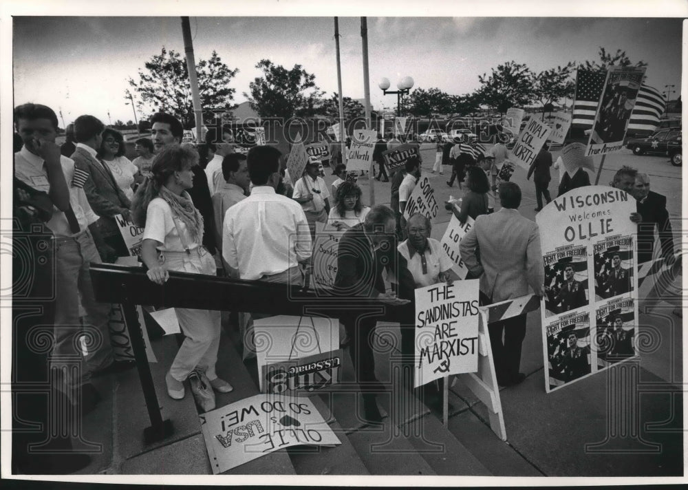 1988 Press Photo Protesters carry marxist signs outside Milwaukee Expo Center - Historic Images