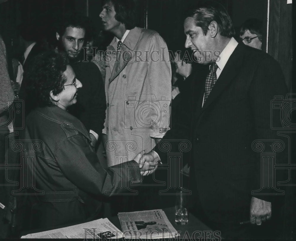 1975 Press Photo Fred Harris, candidate shaking hands with supporter, Milwaukee. - Historic Images