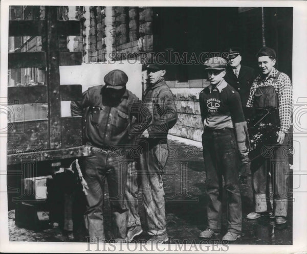 Press Photo Milwaukee Police Department load a truck. - mjb57921 - Historic Images