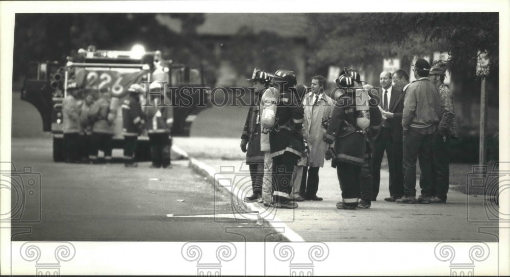 1991 Press Photo Firefighters at Mukwonago High School chemical spill, Wisconsin - Historic Images