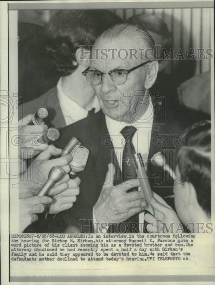 1968 Press Photo Attorney Russel E. Parsons talking to press in courtroom - Historic Images