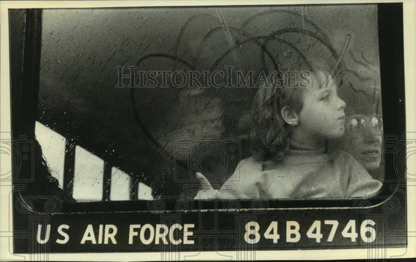 1990 Press Photo Tierney Hintz watches as dad leaves for Middle East, Milwaukee - Historic Images