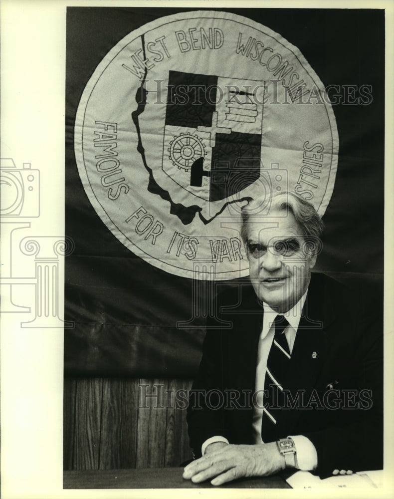 1981 Press Photo Mayor John Morier Pick in his West Bend, Wisconsin, office - Historic Images