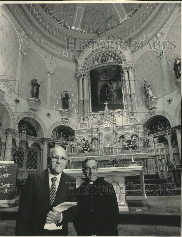 1983 Press Photo Fred Kessler and Father Sanfelippo in Saint Mary Catholic. - Historic Images