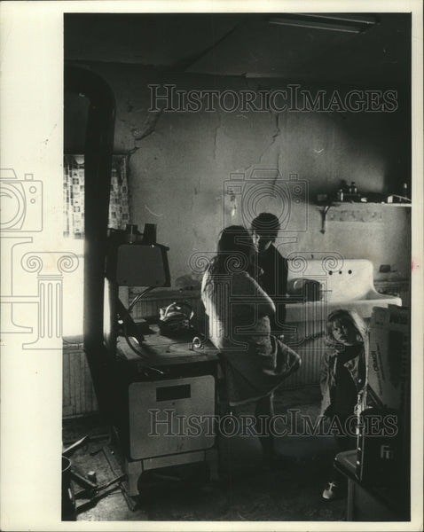 Press Photo Poverty stricken Mrs.Adkins talks to Wisconsin outreach worker - Historic Images