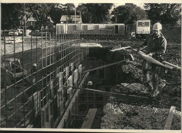 1992 Press Photo Workers for Marriott Construction Company forming walls. - Historic Images