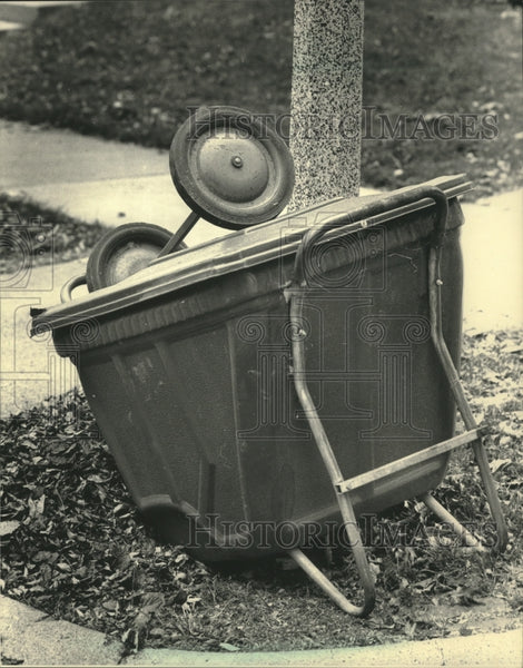 1987 Press Photo Shorewood's garbage carts are starting to show their age. - Historic Images