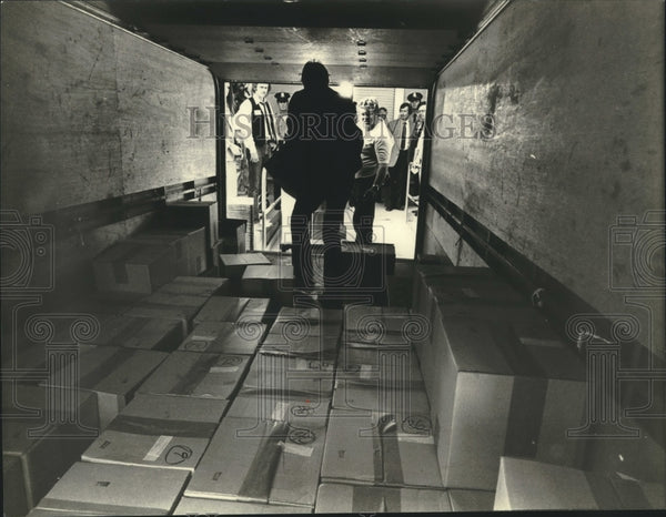 1981 Press Photo Milwaukee cable television franchise proposals being unloaded - Historic Images