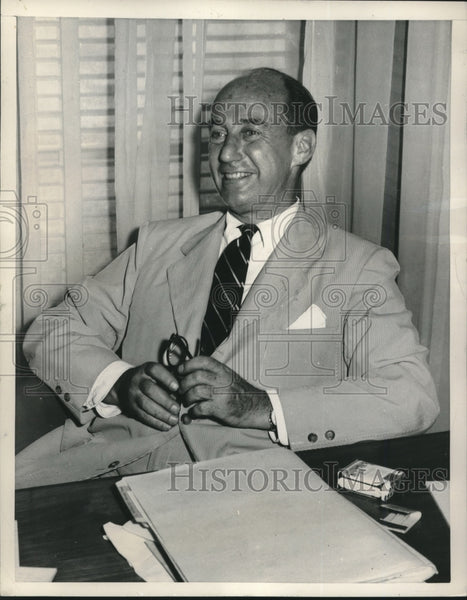 1952 Press Photo Governor Stevenson relaxes at his Chicago State Office desk - Historic Images