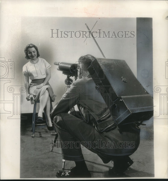 1951 Press Photo Portable camera demonstrated by Jack Dilley in New York. - Historic Images