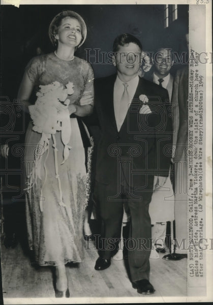1949 Press Photo Mickey Rooney Walks Down Aisle Martha Vickers North Hollywood - Historic Images