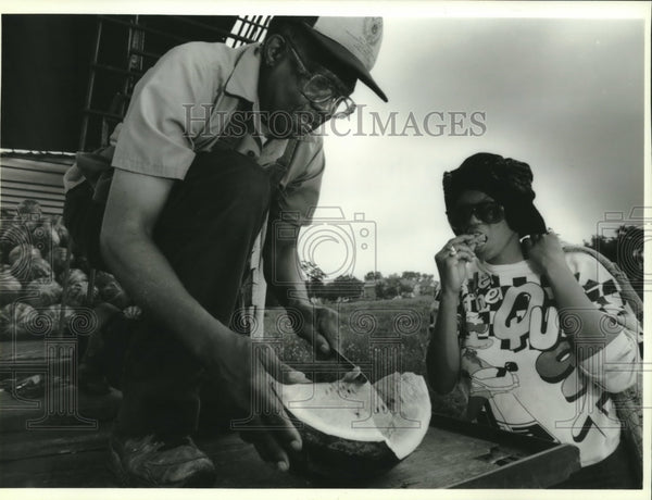 1993 Press Photo John Pope cuts a melon for Gloria Coburn in Milwaukee - Historic Images