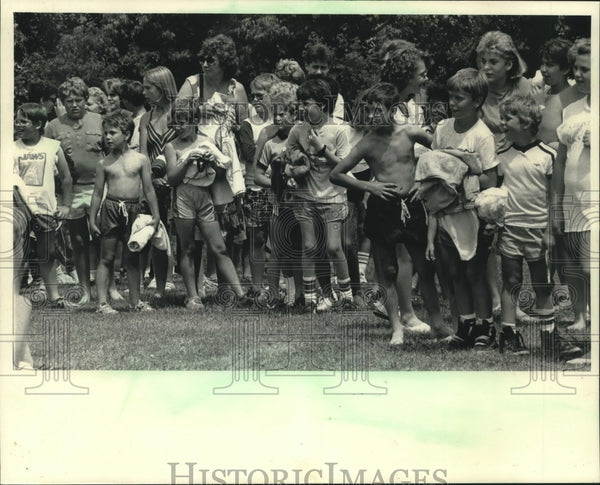 1986 Press Photo Children Line Up To Swim at Hoyt Park Pool in Wauwatosa - Historic Images