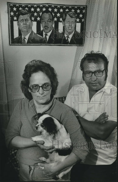 1982 Press Photo Vidal and Garmetta Flores in their home is Wisconsin - Historic Images