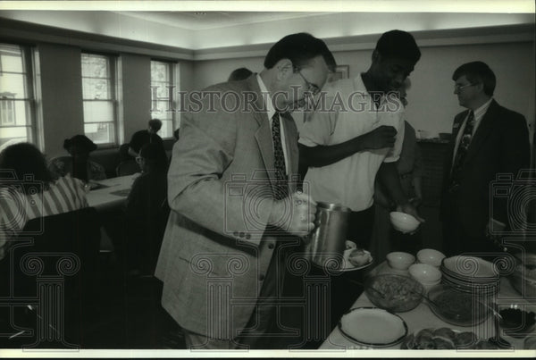 1993 Press Photo Governor Tommy Thompson at breakfast in Racine County - Historic Images