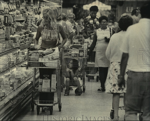 1975 Press Photo Shoppers at the Jewel store, 68th & State, Wauwatosa - Historic Images