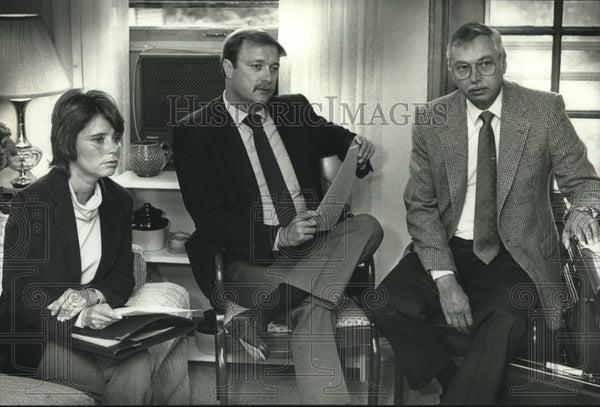 1989 Press Photo Milwaukee area advisers review widow's personal finances - Historic Images