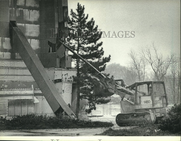 1983 Press Photo Bulldozer Takes Down Bluemound Drive-In Theatre in Brookfield - Historic Images