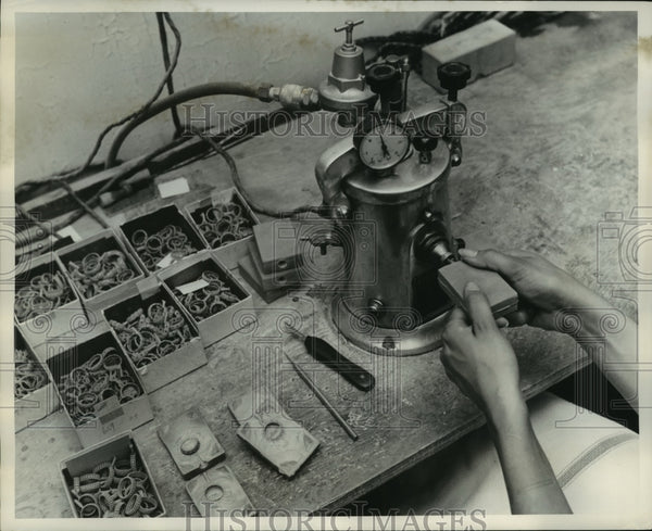 1952 Press Photo Man Makes Cast At Bristol Seamless Ring Company in New York - Historic Images
