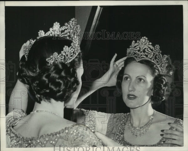 1952 Press Photo Mrs. Claude Arpels Wears Tiara As She Looks In The Mirror - Historic Images
