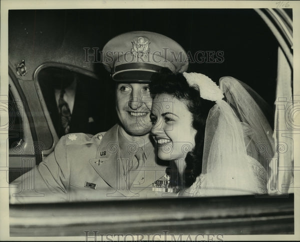 1945 Press Photo Kay Cochran and husband in automobile in Wisconsin - mjc22098 - Historic Images