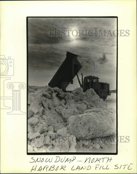 1982 Press Photo Truck dumps snow on the landfill area south of Summerfest - Historic Images
