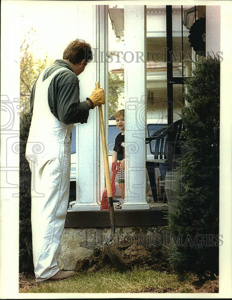 1994 Press Photo Jack Slowey gets set to help his dad plant trees and shrubs. - Historic Images